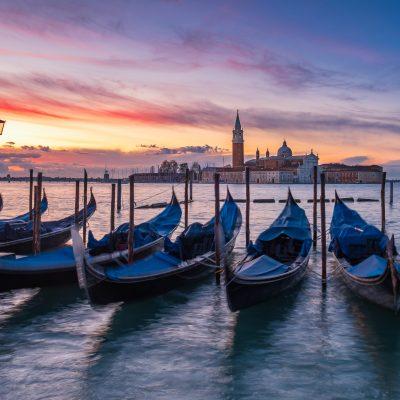 Odstavené gondoly v Benátkach počas blížiacich sa záplav